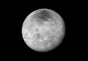 Comme sa grande sœur Pluton, la planète naine Charon, qui lui tourne autour, a révélé aux caméras de New Horizons une surface étonnamment jeune et complexe. Un canyon immense, profond peut-être de 9000 mètres, traverse le petit astre. Son origine est inconnue. Photo Nasa.