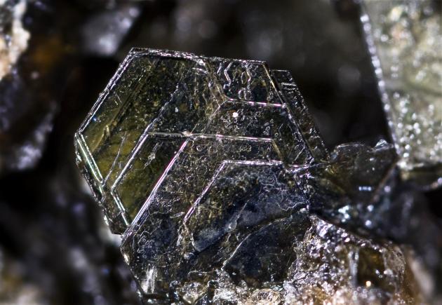 Un matériau synthétisé en laboratoire, dont la structure ressemble à ce cristal naturel de biotite, agit comme une éponge à chaleur (Ph. Didier Descouens via Wikicommons CC BY-SA 4.0)