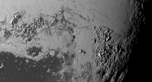 Des montagnes hautes de 1500 à 3500 mètres se dressent au dessus des plaines glacées de Pluton. Leur origine est encore inconnue. Photo Nasa.