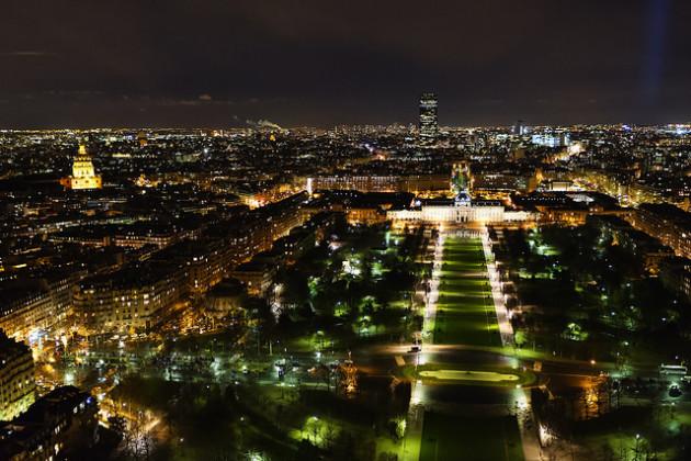 Vue du Champ de Mars, à Paris. L'éclairage artificiel a estompé la frontière entre le jour et la nuit. Mais cette pollution lumineuse a des conséquences pour la biodiversité - Ph. onepointfour/Flickr/CC-BY-2.0