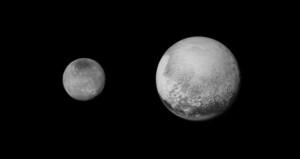Pluton et son grand satellite Charon, photographiés par New Horizons le 12 juillet, depuis une distance de 2.5 millions de kilomètres. Photos Nasa.