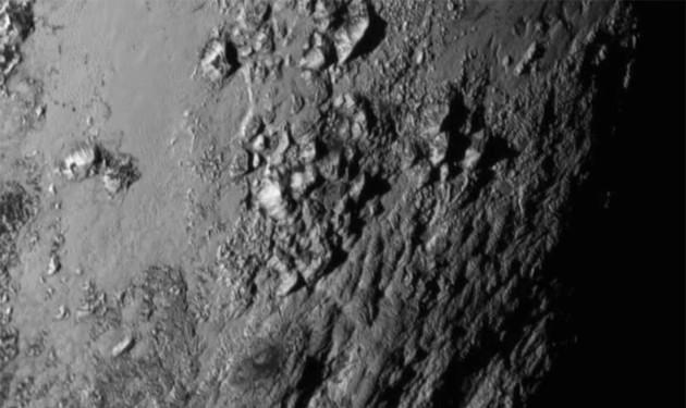 Cette image de la surface de Pluton a été prise par la sonde New Horizons alors qu'elle était encore distante de 770 000 kilomètres. Les plus petits détails visibles ici mesurent environ un kilomètre. Cette région, étonnamment jeune car dénuée de cratères d'impacts, révèle des montagnes hautes de 3500 mètres. Quel type de géologie est capable de créer de telles structures ? Nous l'ignorons. Photo Nasa.