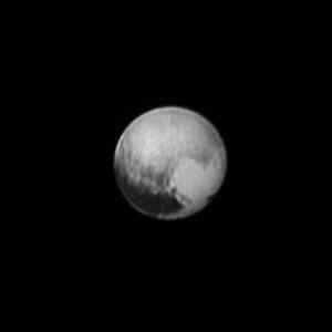 La planète naine Pluton, vue par la sonde New Horizons le 8 juillet 2015, à 8 millions de kilomètres de distance. Pluton est un petit astre glacé, ne mesurant que 2300 kilomètres de diamètre et circulant sur une orbite elliptique l'approchant à 4,4 milliards de kilomètres au plus près du Soleil, et 7,3 milliards de kilomètres au plus loin. Les paysages de Pluton sont crépusculaires: le Soleil, là-bas, brille mille six cents fois moins que dans le ciel de la Terre. Photo Nasa.
