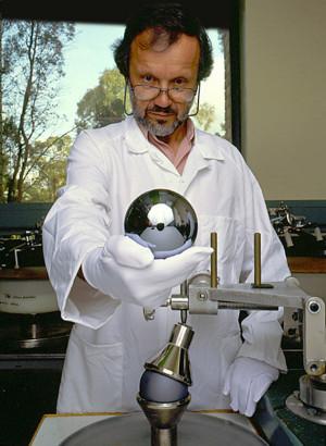 Sphère de silicium pur de 1 kg du type utilisé par les chercheurs pour compter le nombre d'atomes -The Commonwealth Scientific and Industrial Research Organisation of Australia CC BY-SA 3.0)