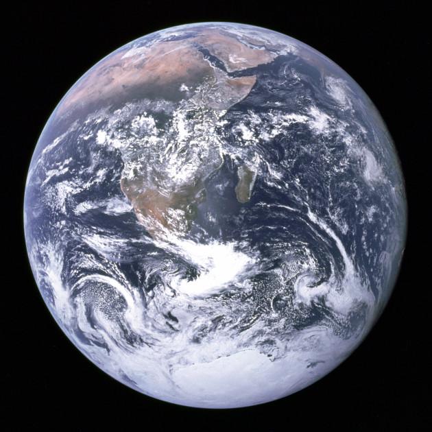 """""""La petite bille bleue"""". «La bille bleue» : Photo de l'Afrique, de l'Antarctique et de la péninsule Arabique prise en route pour la lune par Harrison Schmitt ou Ron Evans lors de la mission Apollo 17 le 7 décembre 1972. Ce vol a été le dernier à quitter l'orbite terrestre, et le seul au cours duquel un géologue, Harrison Schmitt, s'est rendu sur la lune. - Ph. via Wikimedia commons / domaine public."""
