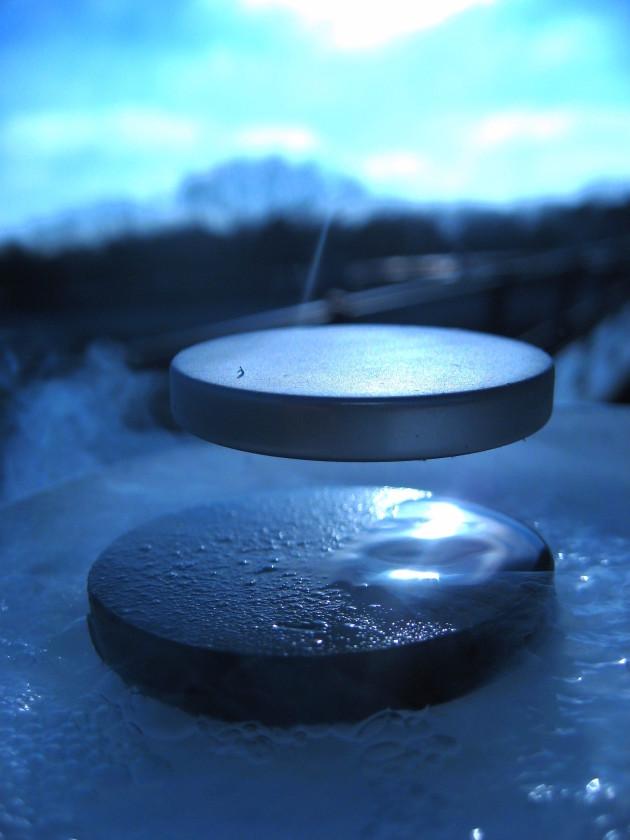 Avec des supraconducteurs à température ambiante, nous pourrions disposer d'une source de production et de stockage d'énergie indépassable (ici, phénomèner de lévitation magnétique). Ph. J. Bobroff, F. Bouquet, LPS, Orsay, France (CC BY-SA 3.0)