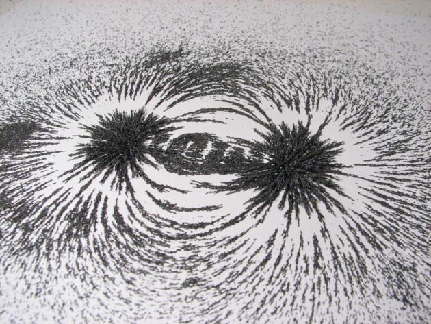 Lignes de champ magnétique développées par un aimant. Expérience de la limaille de fer (Windell Oskay via Flickr CC BY 2.0).