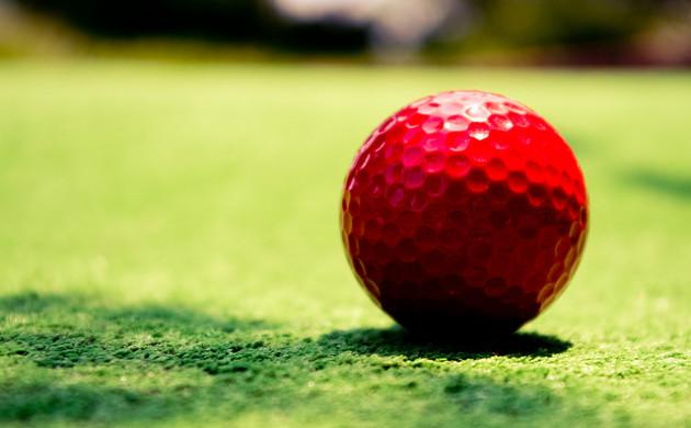 Les alvéoles caractéristiques d'une balle de golf lui garantissent une trajectoire plus stable dans l'air. - Ph. Sterlic / Flickr / CC BY 2.0