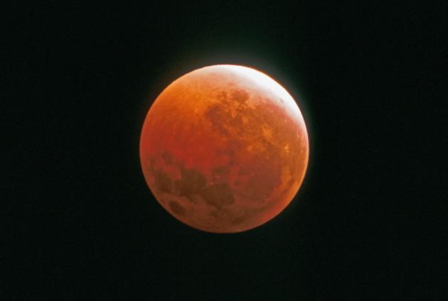 Durant une éclipse totale de Lune, celle-ci prend une couleur plus ou moins orangée ou rouge : ce sont les levers et les couchers de Soleil, sur Terre, qui se reflètent sur l'astre des nuits... Photo Serge Brunier.