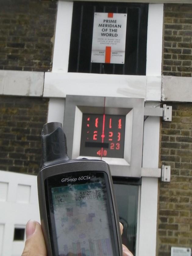 Le méridien de Greenwich, qui devrait par convention se situer sur la longitude 0°, en est décalé, comme le prouvent les mesures GPS (Domaine public)