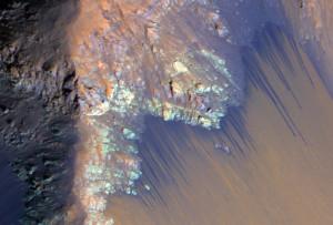 Des ravines apparaissent par centaines sur les falaises du canyon Coprates. Si les planétologues veulent étudier sur place ces écoulements, il leur faudra adapter leurs robots actuels, ou en créer de nouveaux, aux possibilités de franchissement accrues. Photo Nasa.