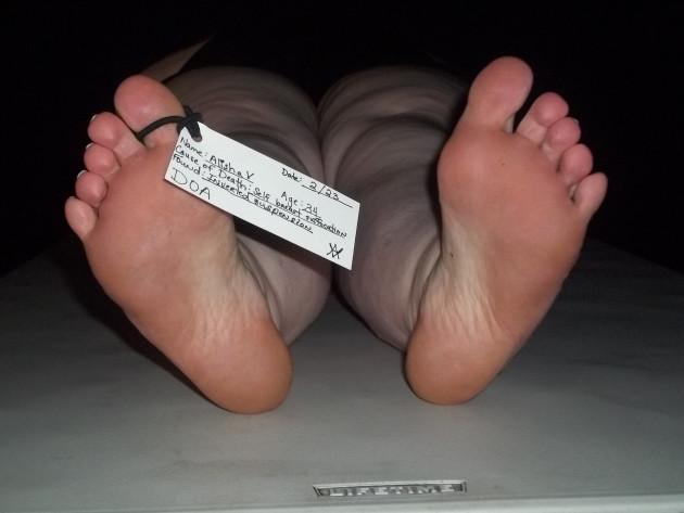 La médecine légale possède de nombreuses méthodes pour déterminer l'heure de la mort (ici, photo d'un faux cadavre). Ph. Alisha Vargas via Flickr CC BY 2.0.