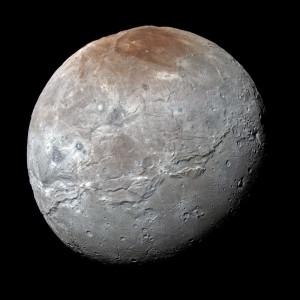 La sonde New Horizons a révélé les paysages prodigieux de Pluton et de Charon, d'une richesse et d'une complexité qui ont stupéfié les planétologues. Sur cette image, Charon montre des terrains géologiquement jeunes, ou alternent plaines de glace piquées de cratères et failles et montagnes d'origine inconnue. Photo Nasa.