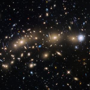 L'amas de galaxies MACS J0416,1-2403 se trouve à 4 milliards d'années-lumière, dans la constellation de l'Eridan. Cet amas géant est l'une des six cibles du Hubble Frontier Fields. Cent heures de pose ont été nécessaires pour obtenir cette image extraordinairement profonde de cet amas, montrant des galaxies de trentième magnitude. Photo Nasa/ESA/STSCI.