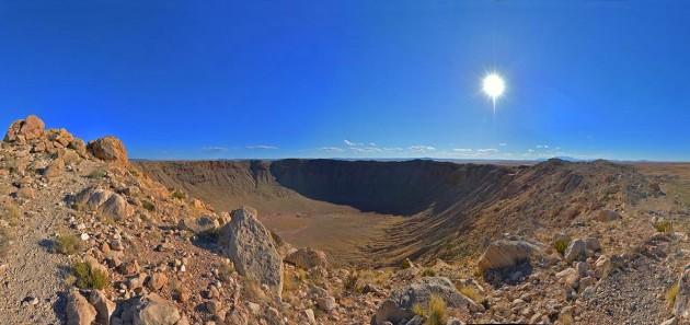 La Terre, comme toutes les planètes du système solaire, a subi des milliards d'impacts de météorites, d'astéroïdes et de comètes. La plupart ont été effacés par l'érosion. Le Meteor Crater, en Arizona, est l'un des plus récents et les mieux conservés. Mesurant 1200 mètres de diamètres, il a été creusé voici environ 50 000 ans par l'impact d'un astéroïde de seulement 50 mètres de diamètre. Photo S.Brunier.