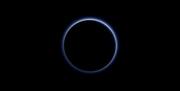 Après sa rencontre avec Pluton, le 14 juillet dernier, New Horizons a tourné sa caméra vers la planète naine, et l'a photographié à contre jour, révélant, éclairée par le Soleil, son atmosphère essentiellement composée d'azote. Photo Nasa.