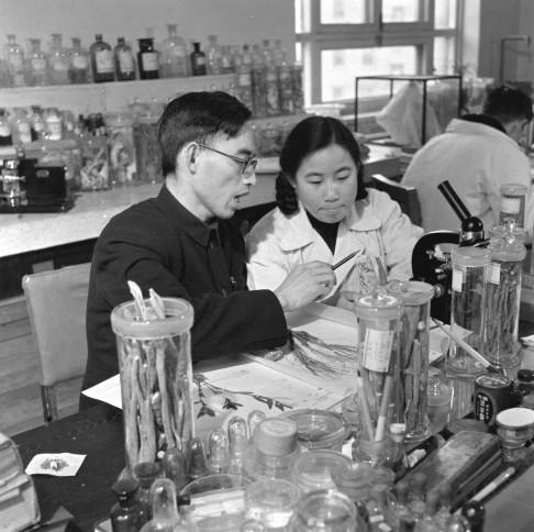 La jeune Youyou Tu en 1951, avec son tuteur. - Ph. via Wikimedia Commons / domaine public.