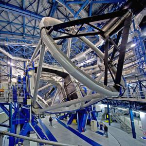 Le Very Large Telescope européen (VLT) est constitué de quatre télescopes de 8.2 m de diamètre. L'un d'eux est équipé de l'optique adaptative Sphere, capable de corriger les effets de la turbulence atmosphérique et d'offrir des images deux à trois fois plus précises que celles prises par le télescope spatial Hubble. Photo S.Brunier.