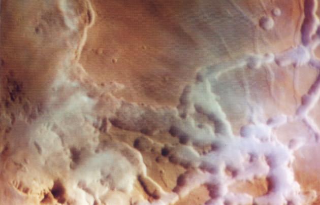 L'atmosphère martienne était plus de cent fois plus dense il y a quatre milliards d'années qu'aujourd'hui. Sur cette image prise par le satellite Viking Orbiter en 1982, des bancs de brouillards se forment au petit matin dans le Labyrinthe de la Nuit, non loin du canyon Coprates. Photo Nasa.