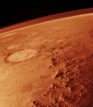 L'atmosphère martienne, visible devant le fond noir de l'espace, a été photographiée par le satellite Viking Orbiter en 1982. Photo Nasa.