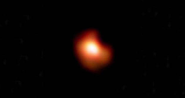Zoom sur l'étoile supergéante rouge Bételgeuse. Cet astre immense mesure plus de un milliard de kilomètres de diamètre et se situe à 470 années-lumière de la Terre. Le Very Large Telescope et son optique adaptative Sphere ont permis de détailler avec une précision sans précédent la coquille de poussières qui entoure l'étoile. Pour obtenir cette image à ultra haute résolution de Betelgeuse, le Very Large Telescope offre aux astronomes une longueur focale de près de 900 mètres... Photo ESO.