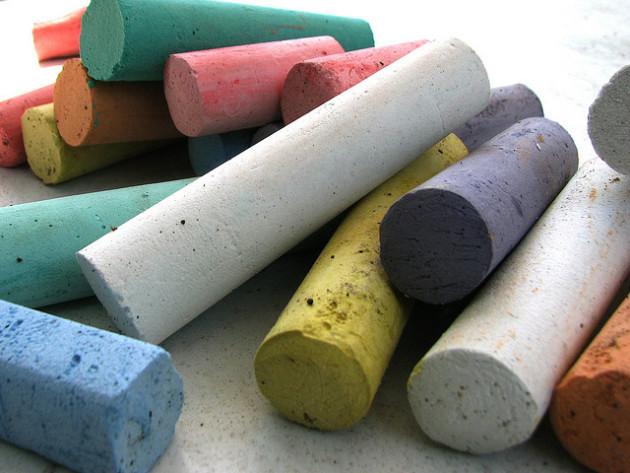 Utilisée pour tracer des lettres sur un tableau ou une ardoise, la craie produit l'un des sons les plus désagréables qui soient. - Ph. polkadotcreations / Flickr / CC BY SA 2.0