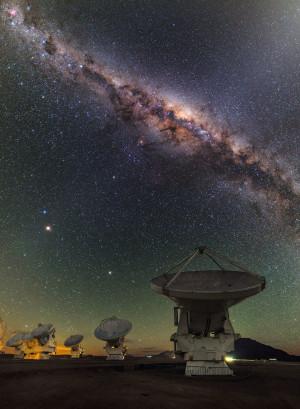 L'interféromètre international Alma compte 66 antennes de 7 et 12 mètres de diamètre, installées sur le plateau de Chajnantor, dans le désert d'Atacama, au Chili. Photo ESO/B.Tafreshi.