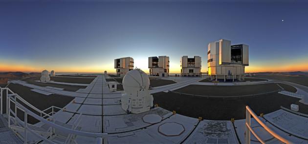 Le Very Large Telescope européen, au sommet du Cerro Paranal, est devenu une véritable icône de l'astronomie contemporaine. Il n'existe pas d'autre instrument équivalent dans le monde: quatre télescopes géants de 8,2 m de diamètre, plus quatre petits télescopes mobiles de 1,8 m de diamètre. Sous la plate forme de ce réseau se trouve le laboratoire interférométrique et l'instrument Gravity, capable d'associer les quatre petits télescopes, ou les quatre géants, pour synthétiser un immense télescope virtuel. Photo S.Brunier.