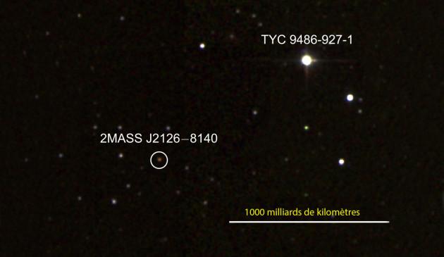 A environ mille milliards de kilomètres de l'étoile TYC 9486-927-1 tourne un astre bien moins brillant, 2MASS J2126-8140 : il s'agit peut-être d'une jeune exoplanète géante, une douzaine de fois plus massive que Jupiter. Photo 2MASS.