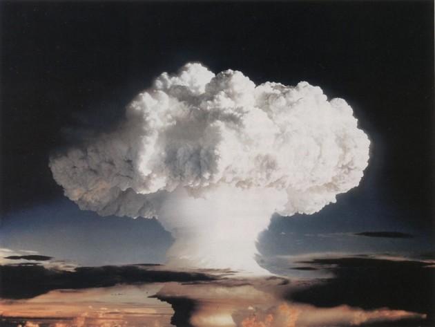"""La première bombe H de l'histoire, surnommée """"Ivy Mike"""", d'une puissance de 10 mégatonnes, explosée le 1er novembre 1952 lors d'un essai américain sur un atoll des Bikinis (Océan Pacifique) - Ph. OTICE / domaine public"""