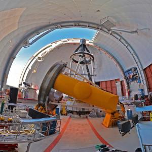 Le télescope franco-canadien d'Hawaii se trouve au sommet du volcan Mauna Kea, à 4200 m d'altitude. Doté d'un miroir de 3,6 m de diamètre et de sa caméra Megacam et ses 340 millions de pixels, ce télescope à grand champ offre des images d'une «profondeur» vertigineuse. Photo S.Brunier.
