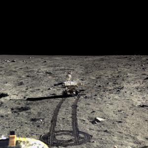 Le petit robot Yutu a parcouru quelques dizaines de mètres à la surface de la Lune, non loin de la sonde Chang'e 3. CNSA/Emily Lakdawalla.