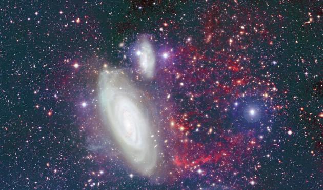 Ces filaments rouges qui s'échappent de la galaxie M 90, c'est son gaz interstellaire, littéralement soufflé par l'interaction de cette spirale géante avec ses voisines de l'amas Virgo. Vidée de son gaz, et donc de ses nébuleuses, cette galaxie ne donne plus naissance à de nouvelles étoiles. Photo 2015 CFHT/Coelum/J.C Cuillandre/G. Anselmi.