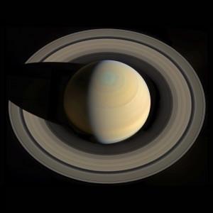 Les divisions sombres et la multitude d'annelets concentriques visibles dans les anneaux de Saturne sur cette image mosaïque prise par la sonde Cassini sont dus à des résonances gravitationnelles entre les anneaux, Saturne et ses satellites. Les divisions sombres, dont la célèbre division de Cassini, sont des régions moins denses des anneaux. Photo JPL/Nasa/Gordan Urgakovic.