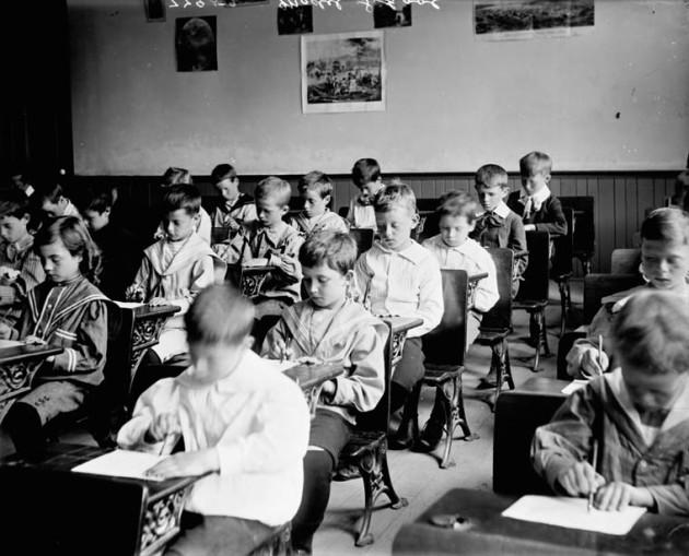 La baisse des performances cognitives des élèves se creuse d'heure en heure, sauf s'il y a une récré ( BiblioArchives/LibraryArchives via Flickr CC BY 2.0).