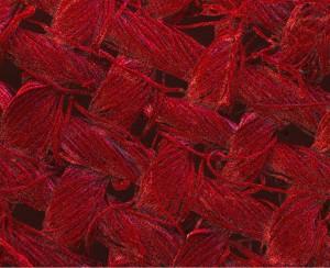 En rouge, les particules d'argent recouvrant les fibres de coton sont mises en évidence dans cette image agrandie 200 fois - Ph. RMIT University