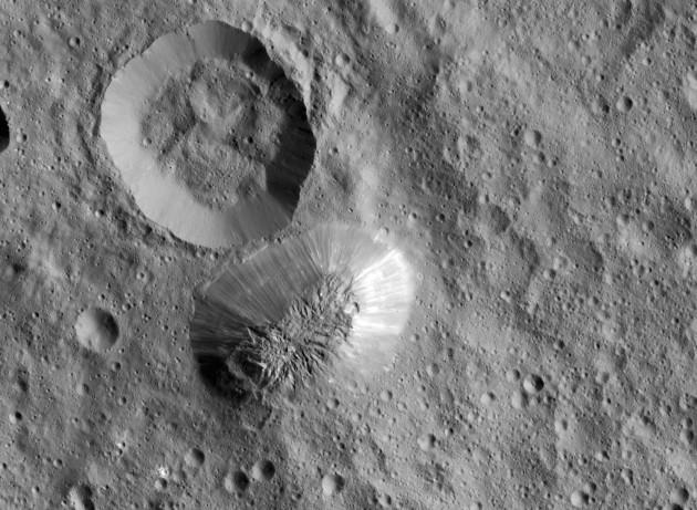 A la surface de la planète naine Cérès, le mystérieux mont Ahuna mesure 5000 mètres d'altitude. Cette formation géologique spectaculaire et récente est d'origine inconnue. Photo Nasa.