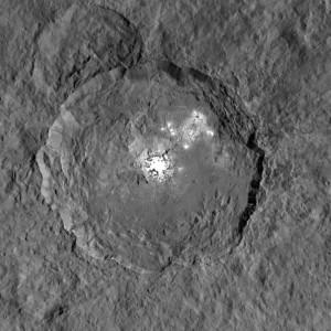 Le cratère Occator mesure 90 kilomètres de diamètre. Son arène est presque dénuée de cratères d'impacts, c'est une formation très jeune, estimée à 80 millions d'années par les spécialistes. Le fond de son arène immense est couvert de salars, et les planétologues soupçonnent que cette région de Cérès est toujours active aujourd'hui, de la vapeur d'eau s'échappant probablement du sous-sol lorsque le cratère est ensoleillé. Photo Nasa.