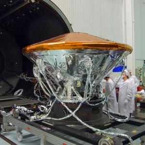 Le module Schiaparelli est avant tout un démonstrateur technologique. D'une masse de 600 kg, Schiaparelli doit atterrir sain et sauf sur Mars le19 octobre 2016 et transmettre des informations météorologiques, quelques jours durant, vers la Terre. Photo ESA.