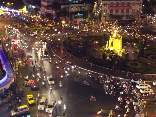 Malgré l'apparence chaotique du trafic en ville (ici, Saigon), les déplacements en voiture suivraient un schéma constant (Ph. Robert Lafond via Flickr CC BY 2.0)