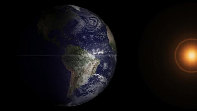 L'équinoxe est défini par l'astronomie : c'est le moment où la Terre se trouve à mi-chemin de son parcours autour du Soleil. Elle est alors uniformément ensoleillée. - Ph. NASA - GSFC / Flickr / CC BY 2.0