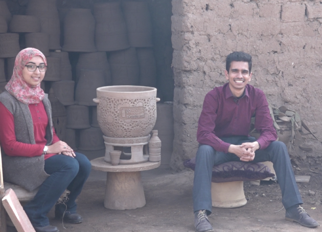 Chez le potier, Jihane Rekkou et Soufiane Brahimi autour de Fresh It, le frigo du désert en argile. - P. Elaine Le Floch / Nomade des mers