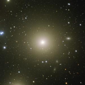 Zoom sur NGC 1399. Cette image prise par le VST en sept heures de pose est la meilleure jamais enregistrée de cette galaxie géante. Autour du cœur brillant de la galaxie, où se cache un trou noir de 500 millions de masses solaires, une nuée de petites taches floues apparaît: ce sont des milliers d'amas globulaires, comptant chacun quelques dizaines ou centaines de milliers d'étoiles, qui ont été capturés au fil des éons par la galaxie géante. Photo ESO.