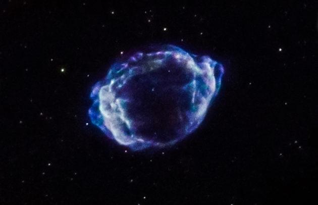 La supernova G1.9+0.3 a explosé aux alentours de l'an 1900. Cette image des vestiges de l'explosion a été prise dans le domaine des rayons X par l'observatoire spatial Chandra. 360 heures de pose ont été nécessaires au télescope spatial X pour enregistrer cette image. Photo Nasa.