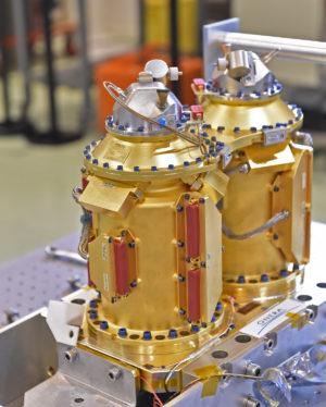 L'instrument T-Sage, embarqué à bord du satellite Microscope. Deux cylindres, fabriqués dans deux matériaux différents, flotteront en apesanteur, au cœur du satellite. Une infime variation de la position relative des deux cylindres indiquerait une violation de la théorie de la relativité générale. Photo CNES.