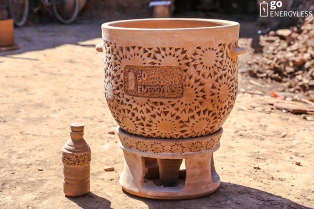 Deux pots de terre cuite séparés par du sable mouillé : cela suffit pour faire baisser la température de 5 °C ! C'est le principe du zeer pot - Ph. © Go Energyless
