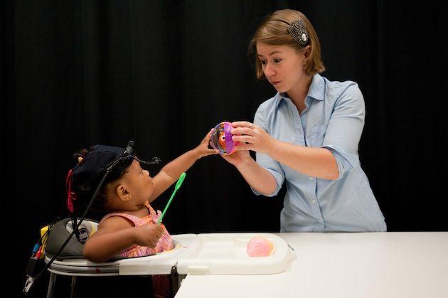 La chercheuse Celeste Kidd, auteure de l'étude, au Baby Lab de l'université de Rochester (New York), où elle étudie la cognition des enfants. - Ph. J. Adam Fenster/University of Rochester