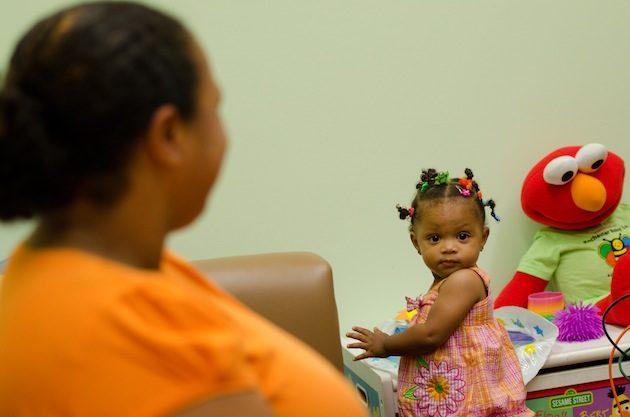 En demandant beaucoup de soins parentaux, les enfants auraient stimulé l'intelligence humaine. - Ph. J. Adam Fenster/University of Rochester