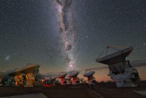Le réseau Alma observe le ciel dans les rayonnements submillimétrique et millimétrique, depuis le plateau de Chajnantor, au Chili. Ses soixante six antennes font de cet interféromètre international l'un des plus puissants instruments astronomiques actuels. Photo Y.Beletsky/ESO.