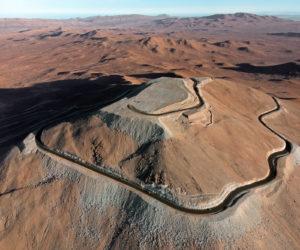 Le Cerro Armazones, une montagne de 3000 mètres de haut isolée dans le désert d'Atacama, a été découverte par les astronomes au début des années 1980, lorsque l'Europe cherchait un site pour installer son Very Large Telescope (VLT). Ce site astronomique exceptionnel a d'abord été retenu par les Américains pour leur TMT, avant qu'ils ne décident d'installer leur télescope géant à Hawaii. Revenu à l'Europe, le Cerro Armazones a été arasé, et est désormais relié par une route au Cerro Paranal, où se trouve le VLT. Photo ESO/G.Hudepohl.